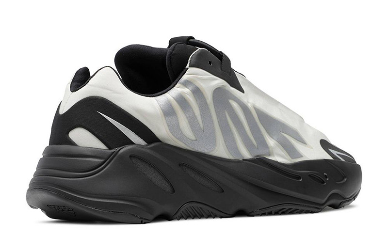 "Yeezy Boost 700 ""MNVN Bone"" Fake"